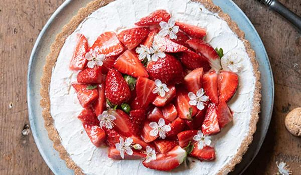 Amaretti-Tart-with-Mascarpone-and-Strawberries-min